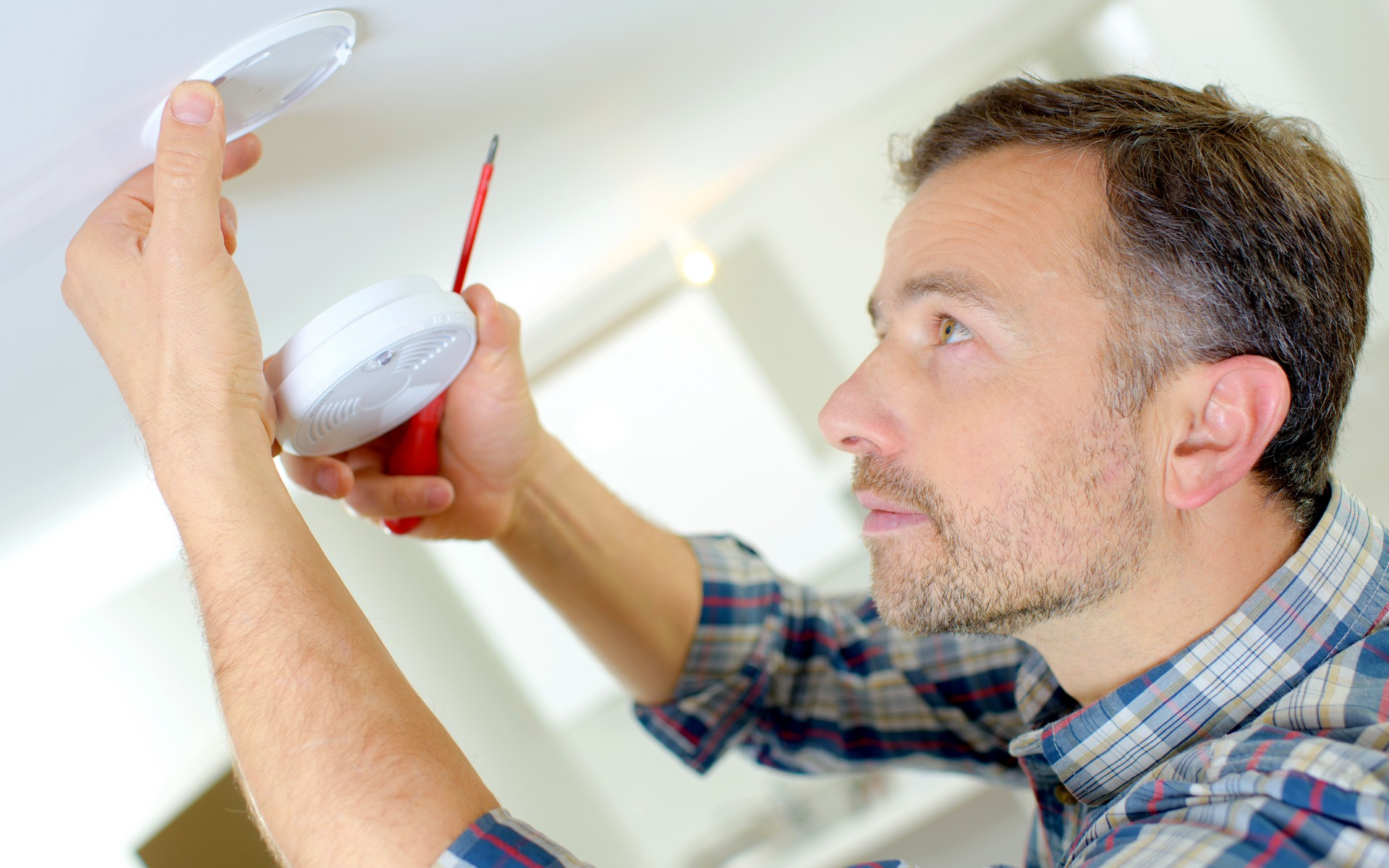Tradesman installing Smoke & CO Alarm